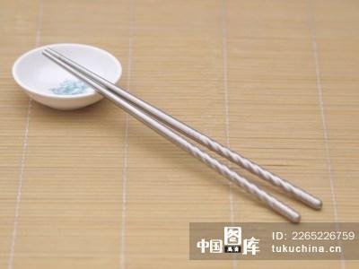 不锈钢筷子和小碟子摆拍图片
